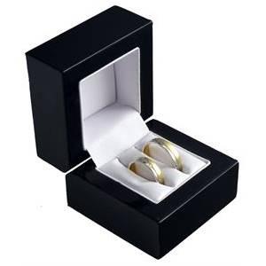 Černá dřevěná dárková krabička na snubní prsteny