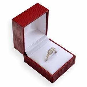 červená koženková krabička na zásnubní prsten