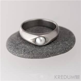 Kovaný nerezový prsten Gracia steel s bílou perlou