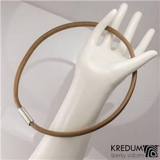 Hnědý kožený náhrdelník, ocelový korálek hrubě  broušený, tl. 5,5 mm, délka 45 cm