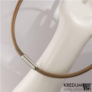 Hnědý kožený náhrdelník, ocelový korálek jemně  broušený, tl. 5,5 mm, délka 45 cm