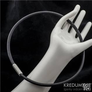 Černý kožený náhrdelník, ocelový korálek hrubě  broušený, tl. 5,5 mm, délka 45 cm