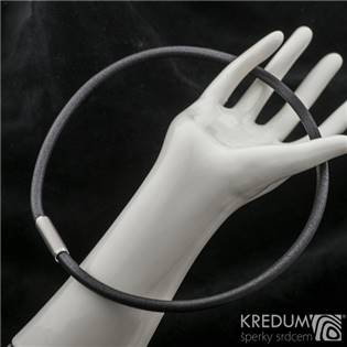 Černý kožený náhrdelník, ocelový korálek jemně  broušený, tl. 5,5 mm, délka 45 cm