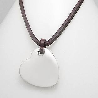 Kožený náhrdelník s destičkou - srdíčkem