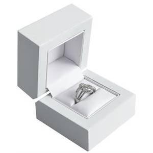 Dřevěná dárková krabička na zásnubní prsten bílá
