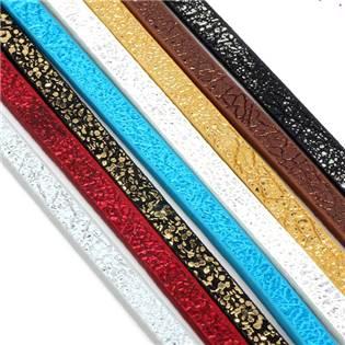 Plochá šňůra ze systetické kůže, černá/stříbrná barva, šíře 5 mm
